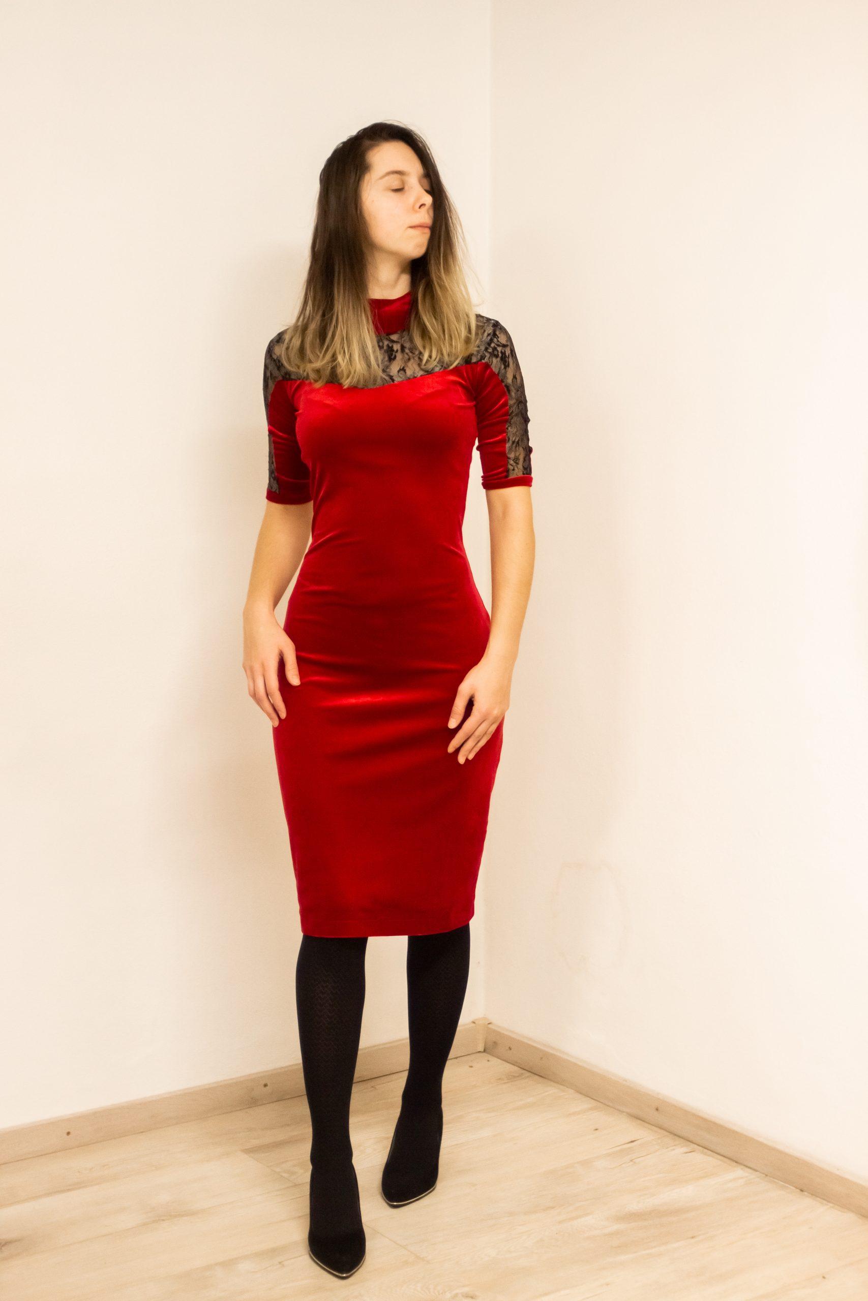 Krátke spoločenské šaty na svadbu - červené zamatové s krajkou
