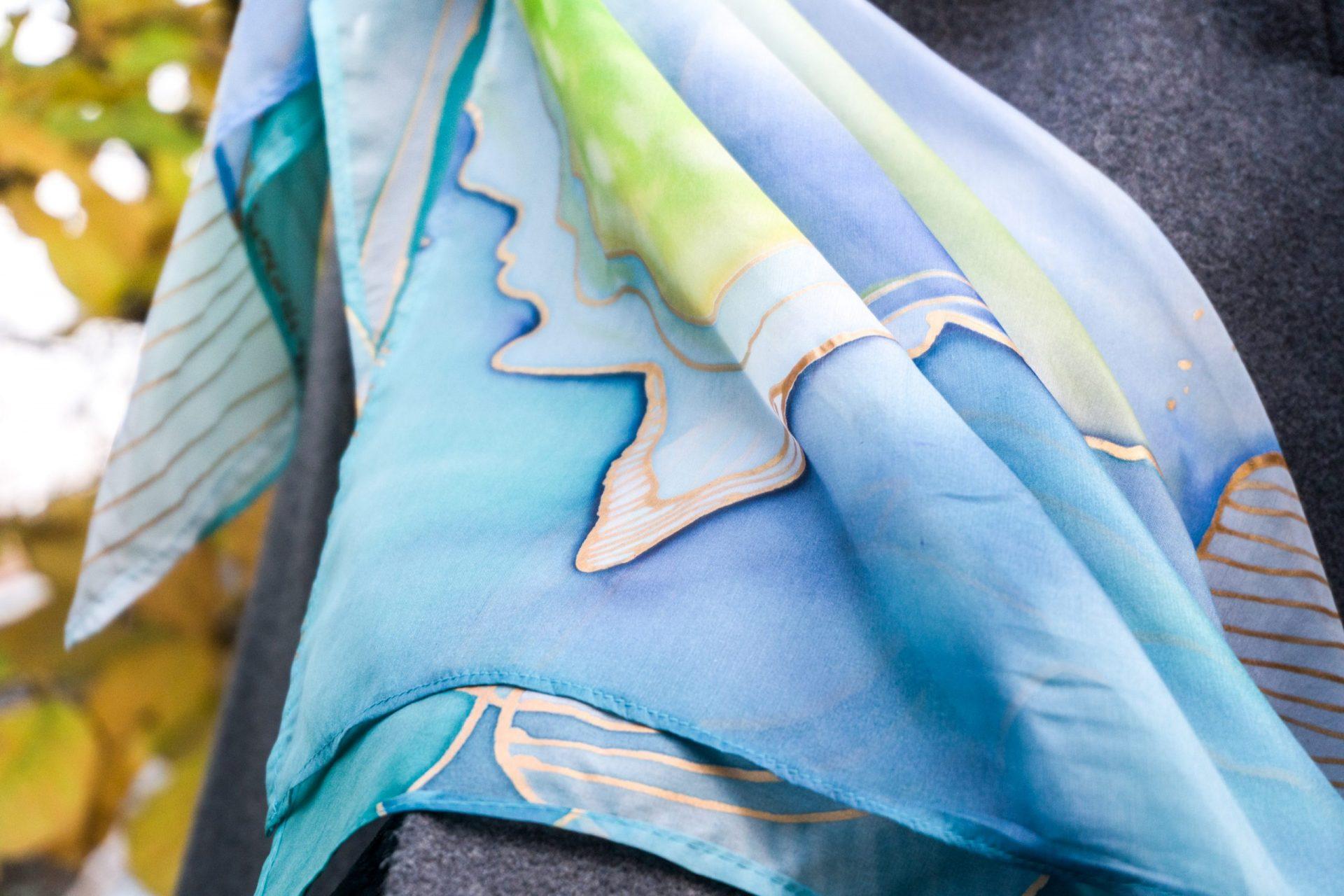 "Ručne maľovaná hodvábna šatka ""Icey Mountains"" - detail"