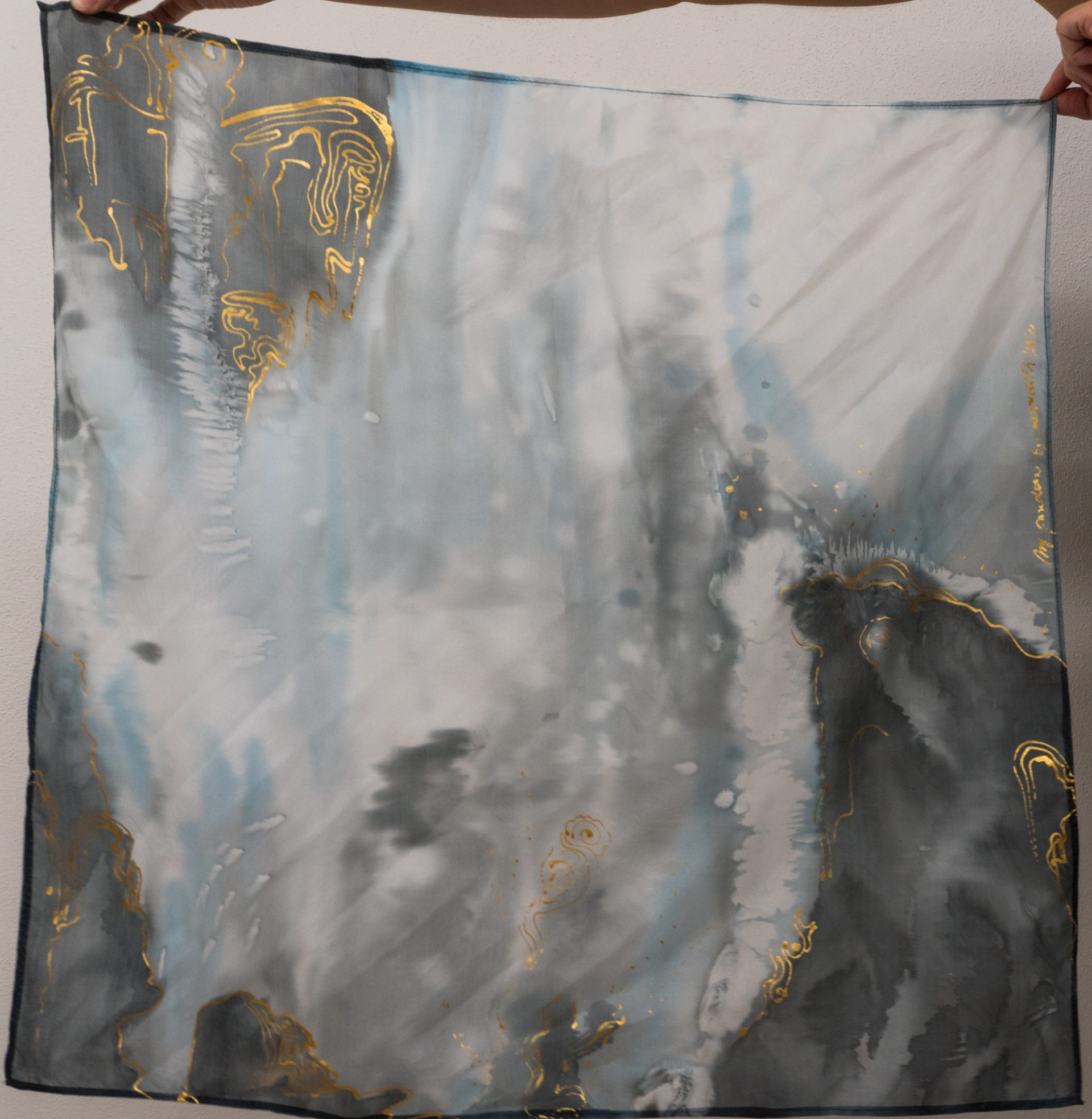 """Ručne maľovaná hodvábna šatka """"Pandora"""" - detail"""