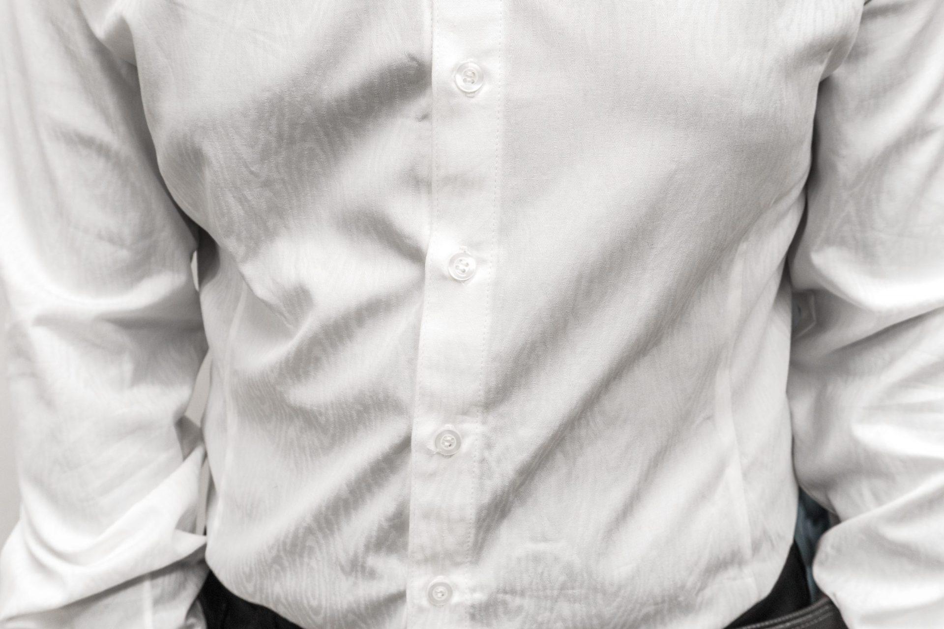 Biela pánska košeľa na zákazku s jemným vzorom - detail zapínania