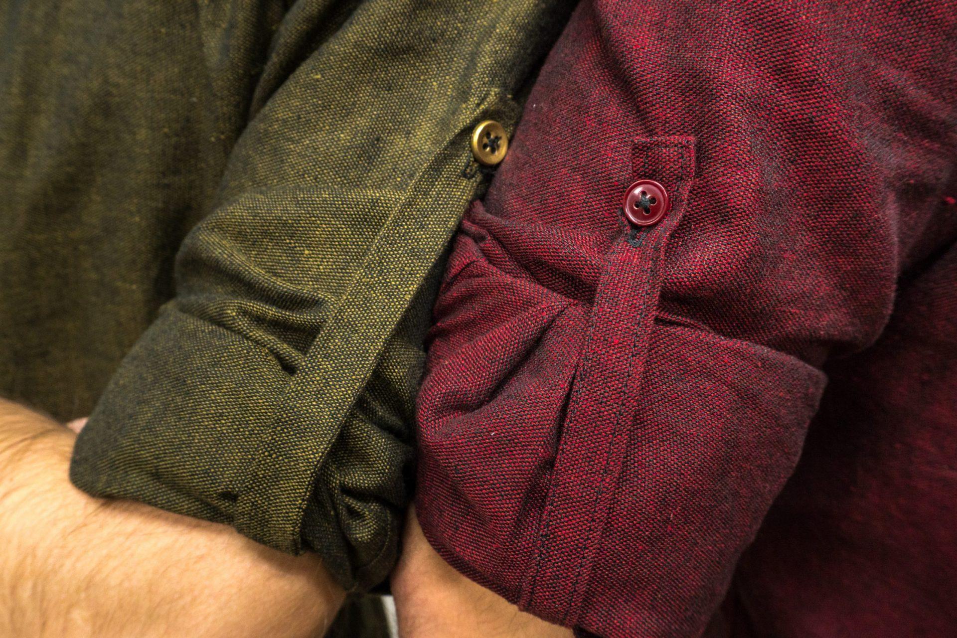 Pánske košele na mieru: zelená a bordová, zmes ľan-bavlna - detail zapínania rukávov